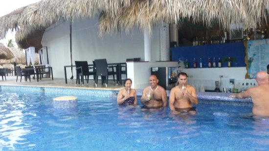 Sirenis Punta Cana Resort Casino & Aquagames: drink time in the pool
