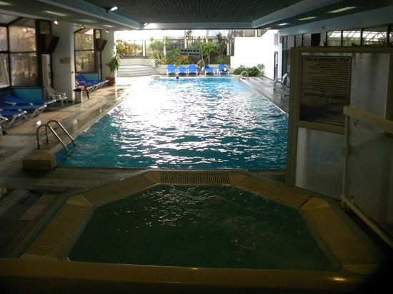 Jerusalem Gardens Hotel & Spa : Pool with 2 Hot Tubes Plus and exercise room