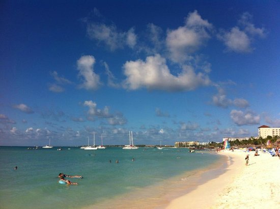 Hilton Aruba Caribbean Resort & Casino: Beach in front of the Radisson