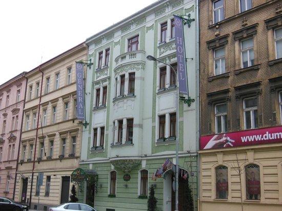 Hotel General: La façade pastel.