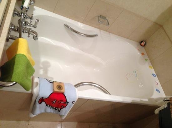 Four Seasons Hotel Prague: WELCOME with a smiley face on the bath greeted us on arrival together with colourful towels and