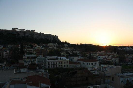 Plaka Hotel: Atardecer en Atenas con el barrio de Plaka y la Acrópolis