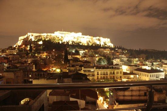 Plaka Hotel: Vista nocturna de la Acrópolis desde la terraza de la azotea