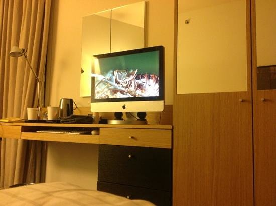 DoubleTree by Hilton Hotel Amsterdam Centraal Station: iMac & coffee maker in the room