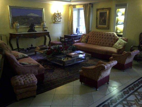 Villa Paradiso dell'Etna: Salotto all'ingresso