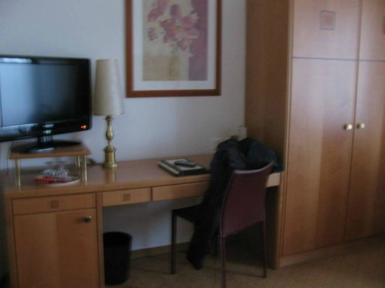 Eden Hotel Geneva : twin bed room desk & wardrobe