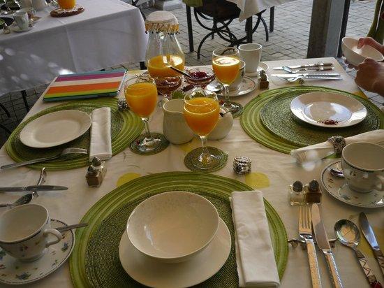 Centre-Ville Guest House: les detailles soignées de la table