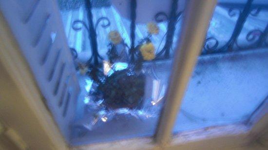 Hotel Studios Phenicio : Rosas pochas en la habitacion, la ventana da al metro