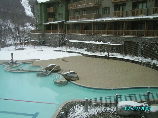 Stowe Mountain Lodge: Pool area and Mt Mansfield