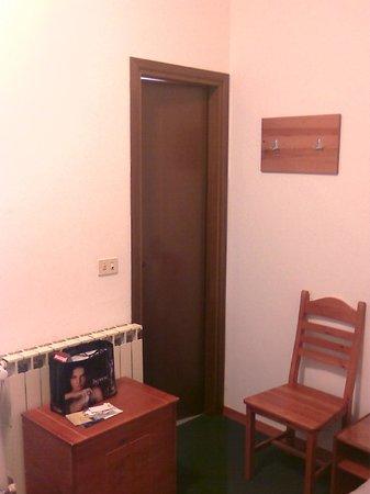 Alla Valle di Banne: door to a very clean bathroom