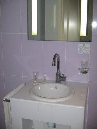 Hotel Villa Rivoli: Spacious bathroom with shower