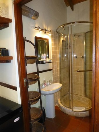 Realou Guest House: little bathroom