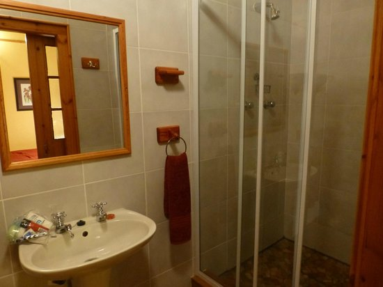 Portwine Guesthouse : spacious bathroom