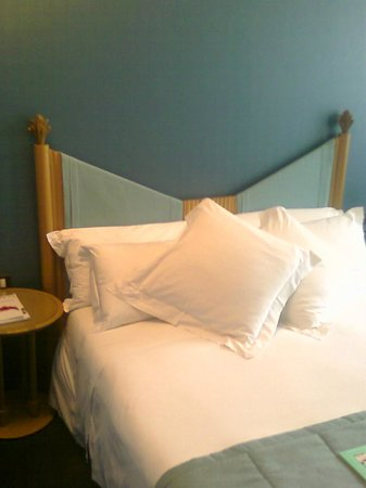 Hotel Spadari al Duomo: Double bed, blue-ish surrounding