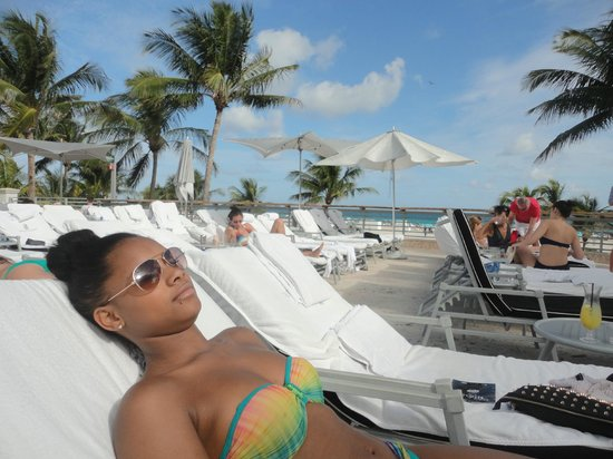 The Ritz-Carlton, South Beach: Poolside chilling!