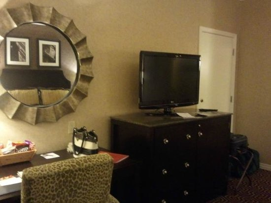Hotel Julien Dubuque: Desk, dresser, television, refrigerator