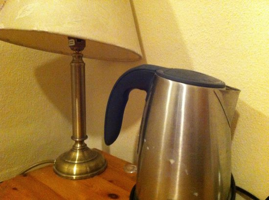 Arran House Hotel: dirty kettle