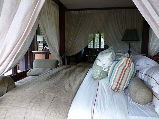 andBeyond Phinda Vlei Lodge: View of bedroom from side entrance, looking through to bathroom area