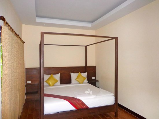 Lanta Klong Nin Beach Resort: A very comfortable 4-poster bed