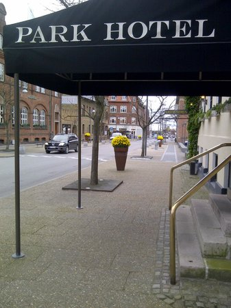 Park Hotel: Out front, looking toward the pedestrian mall a block away