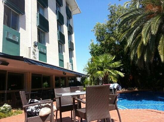 Mercure Albury: Restaurant overlooking the pool