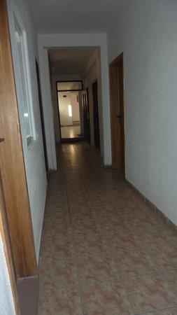 City Hostel Skopje : lunghi corridoi