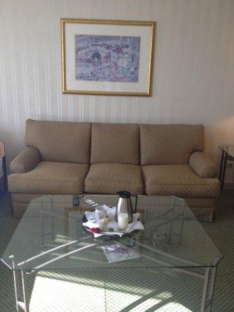 جيه دابليو ماريوت هوتل كيتو: Sitting room in suite. Pics don't do it justice. It was quite nice