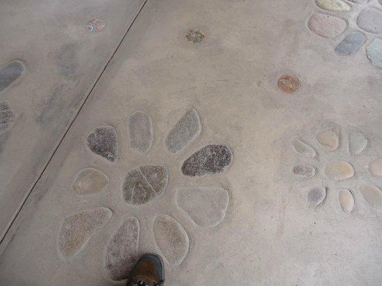 Añañau Restaurante: Ananau esta lleno de detalles, aqui el piso inspirado en el muro de las flores