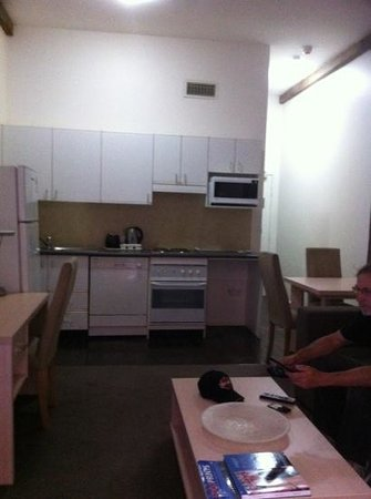 Oaks Goldsbrough Apartments: kitchen