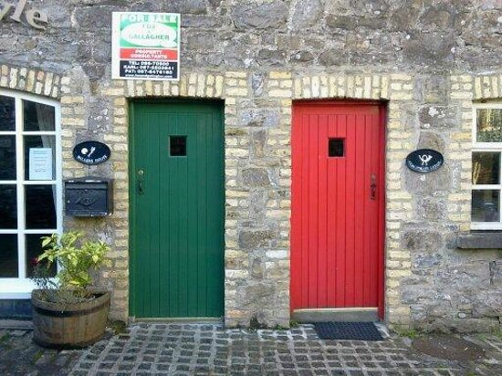 Ballina Manor Hotel : two cool doors in the Dillon's courtyard