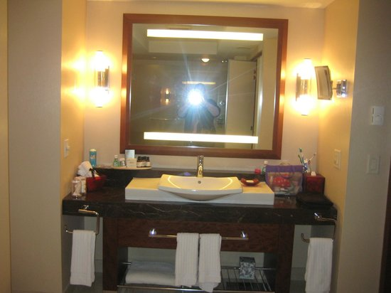 Battery Wharf Hotel, Boston Waterfront: Nice extra large bathroom