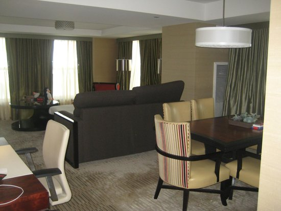 Battery Wharf Hotel, Boston Waterfront: Living room of suite 3240