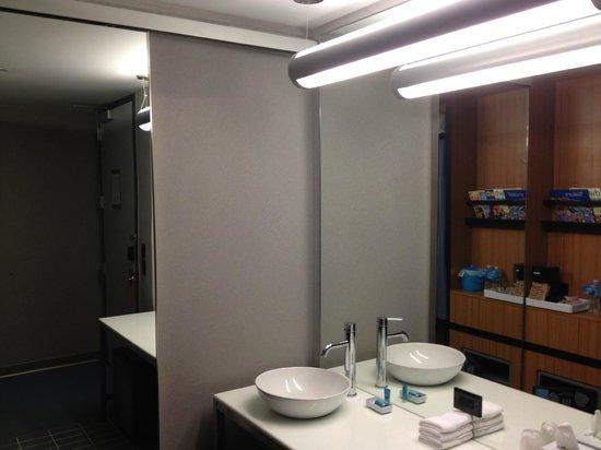 Aloft Charlotte Uptown at the EpiCentre: Standard Bathroom