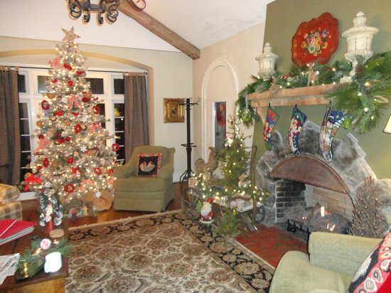 Chanticleer Inn Bed and Breakfast: The Christmas decorations were lovely