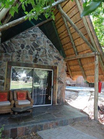 Thamalakane River Lodge: Room and pool