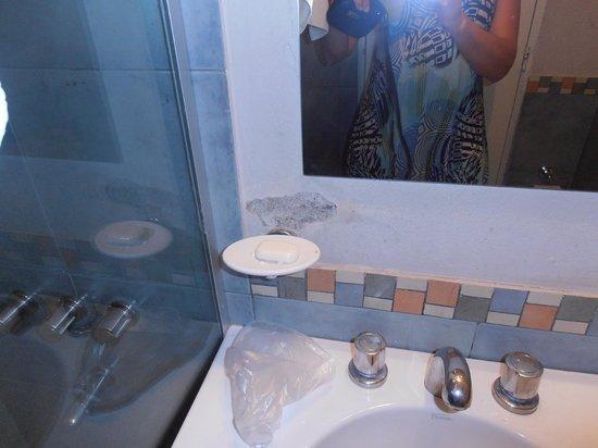 Hotel Ancasti: descascarada la pared del baño