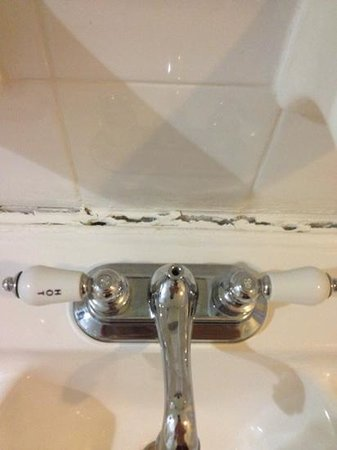 Days Inn Miami Airport North: Bathroom sink is about to fall to the ground!!