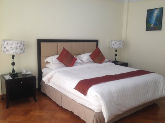 Mawlamyaing Strand Hotel : Nice bed linen.