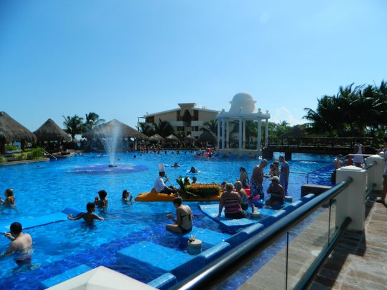 Now Sapphire Riviera Cancun: pool side