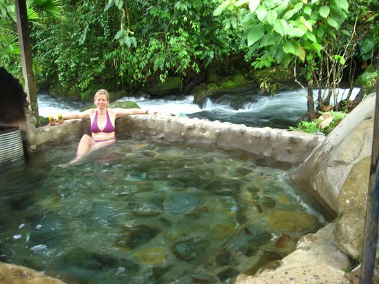 La Carolina Lodge: Le jacuzzi chauffé au bois sur le bord du ruisseau