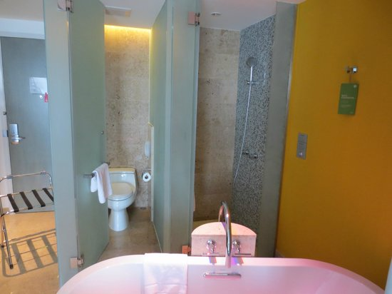 LiT BANGKOK Hotel: I like the fact that the toilet bowl and shower are in 2 seperate cubicles.