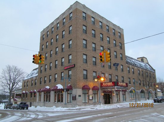Ramada Plaza Sault Ste. Marie Ojibway: A view of the hotel from the street