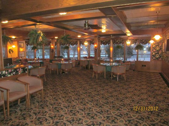 Ramada Plaza Sault Ste. Marie Ojibway: Inside Freighters Restaurant - right after they opened for the dinner hour