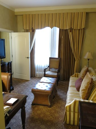 The Roosevelt New Orleans, A Waldorf Astoria Hotel: Main living area in suite 11222