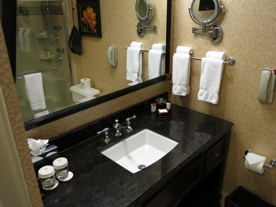 The Roosevelt New Orleans, A Waldorf Astoria Hotel: Main bathroom in suite 11222