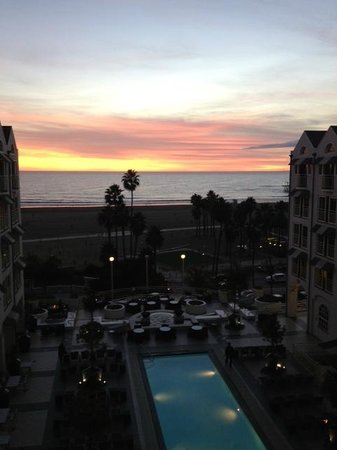 Loews Santa Monica Beach Hotel: Loew's swimming pool at dusk