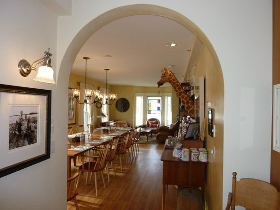 Applewood Inn: Dining/Living Room from Kitchen
