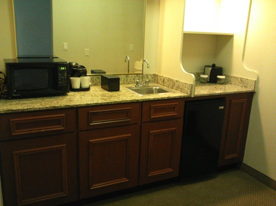 Embassy Suites by Hilton Tampa - Airport/Westshore: Kitchen area