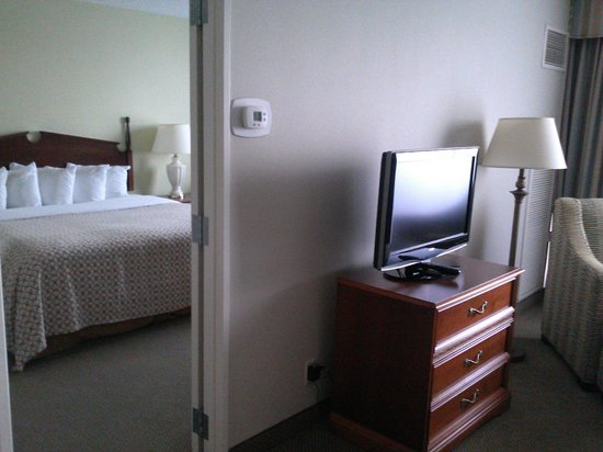 Embassy Suites by Hilton Tampa - Airport/Westshore: Living room to bedroom
