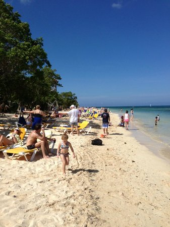 Iberostar Rose Hall Beach Hotel: Crowded beach